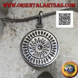Silver pendant, round medal with engraved stylized daisy surrounded by rhombuses