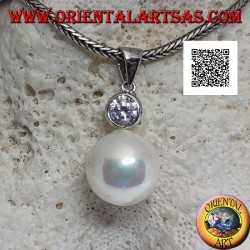 Ciondolo in argento perla bianca con zircone tondo sfaccettato sopra