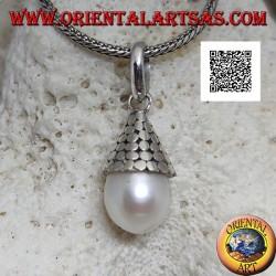 Ciondolo in argento perla bianca con cappello conico di dischetti lisci