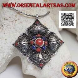 Ciondolo in argento fiore indiano con decorazione in filigrana e centro e punte di coralli e lapislazzuli tibetani