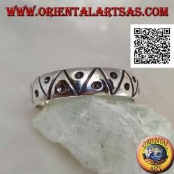 Anello a fedina in argento  incisa a triangoli con puntino