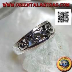 Anello in argento a fedina crescente con motivo traforato di curve e dischetti