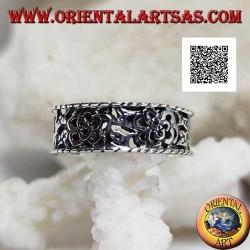 Anello in argento a fedina con motivo floreale fitto traforato e bordi sporgenti