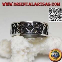 خاتم من الفضة مرصع بأحجار الشمال البارزة
