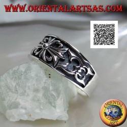 Anello in argento a fedina crescente con croce gotica di gigli e decorazioni in bassorilievo