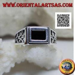 Bague en argent à décor rectangulaire en onyx bordé et perforé de demi-cercles sur les côtés
