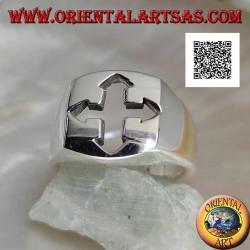 Anillo de plata lisa con calado de cruz griega con extremos puntiagudos