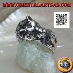 Anello in argento testa di orso che si morde la coda con orme di piedi incise