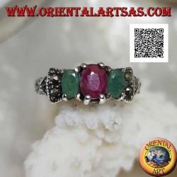 Anello in argento con rubino naturale tra 2 smeraldi naturali incastonati e marcassite sui lati