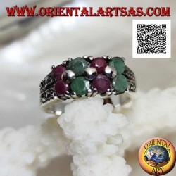 Silberring mit Paaren natürlicher runder Rubine und Smaragde an den Seiten abwechselnd und Markasit