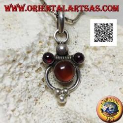Ciondolo in argento con ambra naturale tonda in un cerchio e due granati naturali tondi