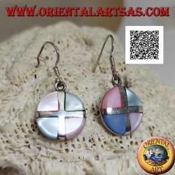 Boucles d'oreilles pendantes rondes en argent avec des triangles de nacre multicolores séparés par une croix