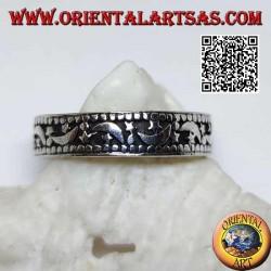 Anello in argento a fedina con lune e stelle su fondo incavato
