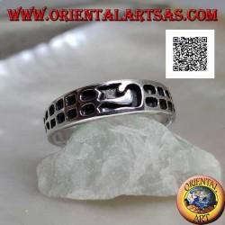 Anello in argento a fedina con quadretti incisi in progressione e motivo centrale