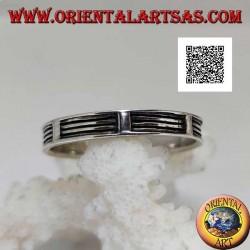 Anello in argento a fedina con serie di righe orizzontali in bassorilievo