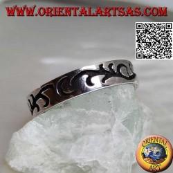 Anello in argento a fedina con incisione di un ramo floreale