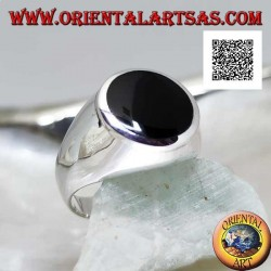 Silver ring with round onyx flush with raised edge on smooth frame