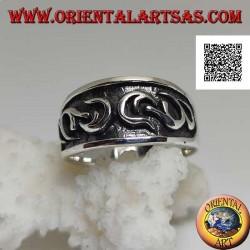 Anello in argento a fascia lavorata con decoro gotico in bassorilievo su metà anello