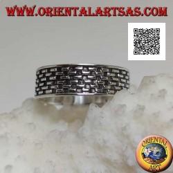 Anello in argento a fedina con decorazione in bassorilievo di lineette a scacchiera