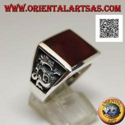 Anello in argento con corniola quadrata e drago di profilo in bassorilievo sui lati