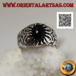 Anello in argento con onice ovale cabochon incastonata da artigli e decorazioni floreali in rilievo sui lati