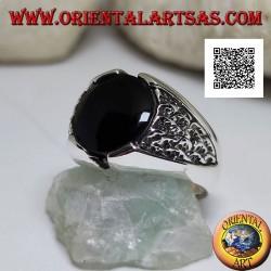 Bague en argent avec onyx rond et motif dans le triangle en bas-relief sur les côtés