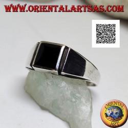 Bague en argent avec onyx carré au ras du bord et ligne verticale gravée sur les côtés