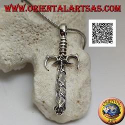 Silberner Schwertanhänger mit spitzen Schutz- und Ratschenzähnen und keltisch verzierter Klinge