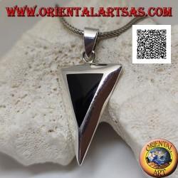 Umgekehrter gleichschenkliger dreieckiger silberner Anhänger mit bündig gesetztem Onyx auf einer glatten Fassung