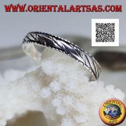 Silberbandring mit gravierten Bündeln schräger paralleler Linien