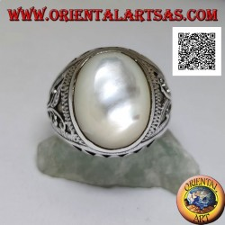 Silver ring with oval cabochon mother of pearl and floral and triangular decoration on the sides