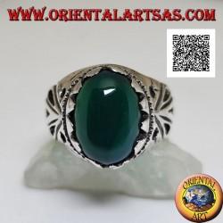 Anello in argento con agata verde ovale cabochon incastonato con decorazione traforata sui lati