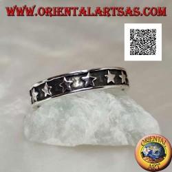 Anello in argento a fedina con una fila di stelle liscia in bassorilievo