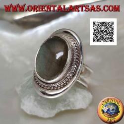 Anello in argento con labradorite ovale cabochon contornata da intreccio su scudo liscio (20b)