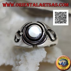 Silver ring with round mother of pearl between engraved concentric discs and openwork on the sides