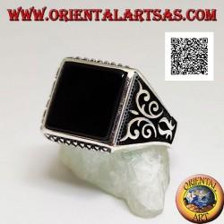 Silberring mit quadratischem Onyx, Rautengravuren auf und ab und hochreliefierten Verzierungen an den Seiten