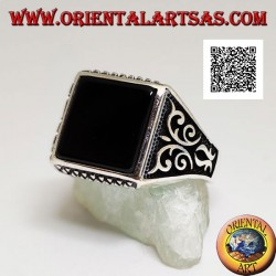 Silver ring with square onyx, up and down rhombus engravings and high relief decorations on the sides