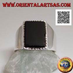Bague en argent avec onyx rectangulaire en relief avec bord légèrement rayé sur une monture lisse