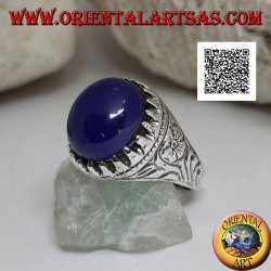 Silver ring with oval cabochon lapis lazuli set with claws and floral engravings on the sides