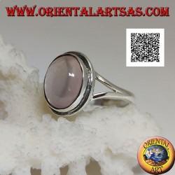 Anello in argento con quarzo rosa ovale cabochon su montatura liscia a solitario