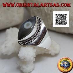 Anello in argento con agata occhio di Shiva grigiastra a navetta e bordo a catena