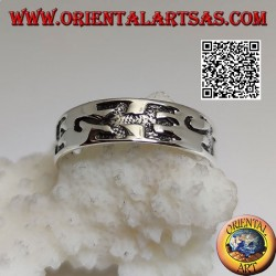 Silver ring with engraved thick stylized lizards