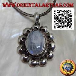 Ciondolo in argento con pietra di luna arcobaleno (adularia) ovale contornata da dischetti traforati