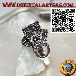 Anello in argento tigre a mezzo busto tempestata di marcassite che afferra un anello