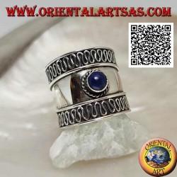 خاتم عريض من الفضة مع اللازورد المستدير والسربنتين على الجانبين ، بالي