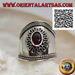Anello in argento a fascia larga con granato ovale contornato da serpentina e intreccio sui lati, Bali (freesize)