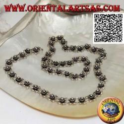 Collana in argento 925 ‰ a girocollo con una fila di fiorellini incatenati tra loro (40 cm)