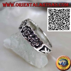 Growing ring in silver with a series of small flowers in bas-relief