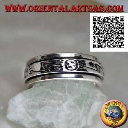 Anello fedina in argento girevole antistress, liscio con sole e saetta stilizzati incisi