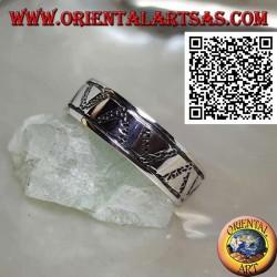 Anello a fedina in argento con triangoli incisi su triangoli in bassorilievo